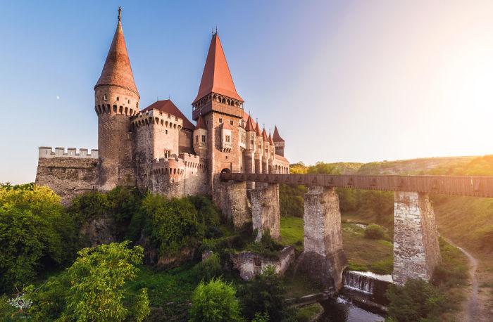 С замком связана легенда, согласно которой свергнутый с престола Влад Цепеш III (известный как граф Дракула) провел в заточении у Корвинов 7 лет.