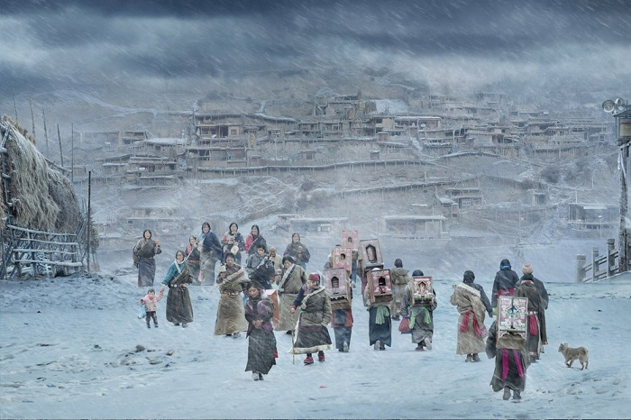 Победителем в категории «Жарко/холодно (одиночный снимок)» стал китайский фотограф Хэ Цзянь (He Jian), заснявший паломничество тибетских буддистов.