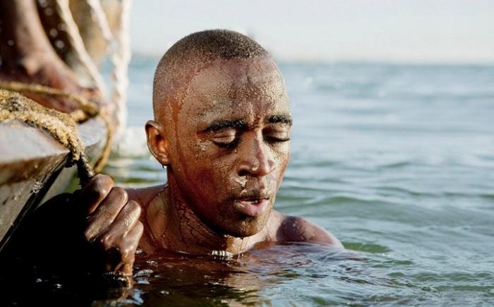 Лучшим в номинации «Путешествие/одиночный снимок» признан британский фотограф Филип Ли Харви (Philip Lee Harvey), запечатлевший ныряльщика за песком на реке Нигер.