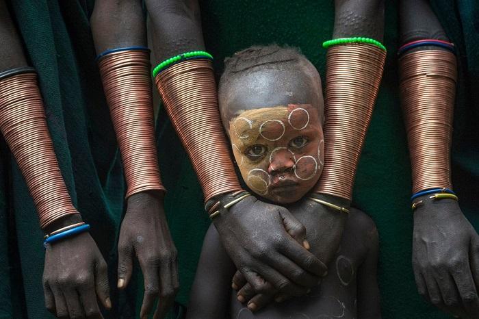 Победителем в номинации «Лица, люди, культуры/одиночный снимок» стал малазийский фотограф Дэнни Йен Син Вонг (Danny Yen Sin Wong), запечатлевший мальчика племени Сури.