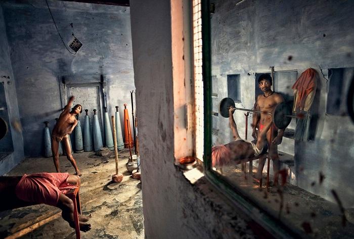 Победитель в категории «Путешествие/серия снимков» - фотограф-документалист Матяз Кривич, запечатлевший тренирующихся участников традиционной борьбы кушти.