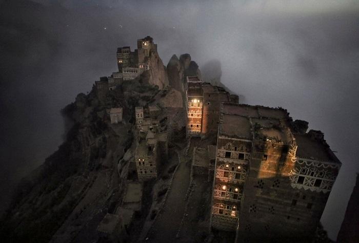Победитель в категории «Путешествие/серия снимков» - фотограф Матяз Кривич из Словении, заснявший укрываемую туманом маленькую деревню в горах Хараз.