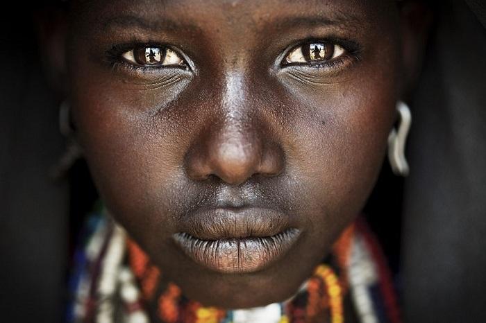 Победитель в категории «Путешествие/серия снимков» - фотограф-документалист Матяз Кривич, запечатлевший портрет подростка из племени Дендрариев.