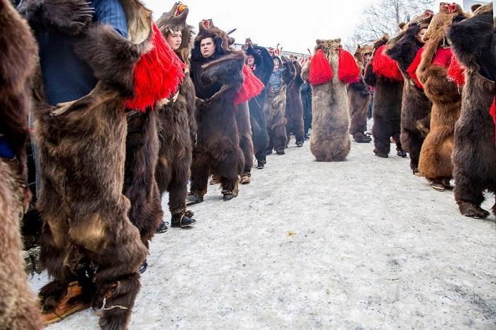 Румынский фотограф Диана Бузиоану (Diana Buzioanu) стала второй в номинации «Новые таланты» со снимком традиционных танцев для отпугивания злых духов.