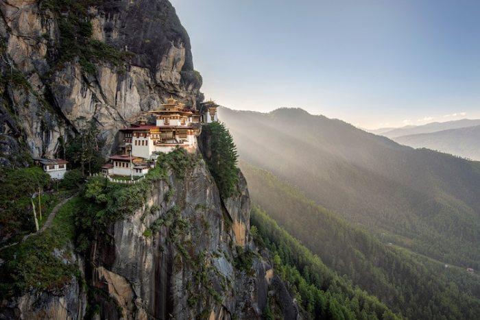 Будучи изолированным от внешнего мира в течение долгих лет, маленькое королевство Бутан, которое является одной из самых таинственных и закрытых стран в мире, сегодня привлекает туристов своей уникальной культурой и природой.