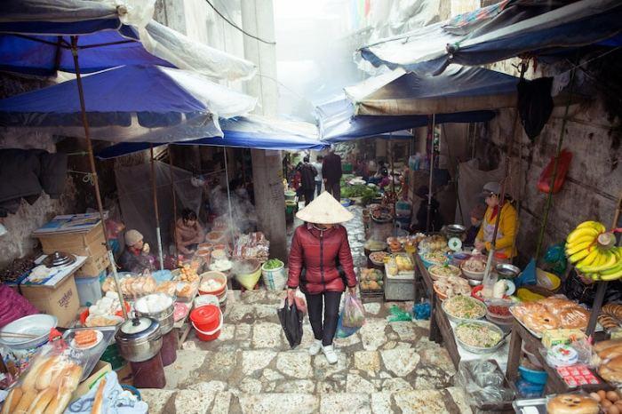 Любителям гастрономических чудес рекомендуется отправляться во Вьетнам осенью, чтобы отведать традиционные супы Фо Бо и Бун Ча, пареный рис с мидиями и рисовую лапшу Ху Теу – у каждого города имеется свое уникальное блюдо.