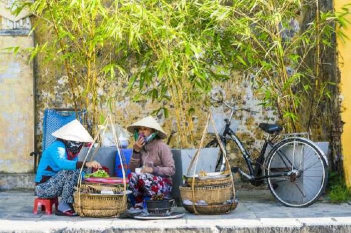 Вьетнамская уличная еда признана одной из самых вкусных в мире, практически любой повар-энтузиаст с тележкой-плитой и коллекцией пластмассовых табуреток приготовит для вас наисвежайшее блюдо, которые можно попробовать непосредственно на тротуаре.