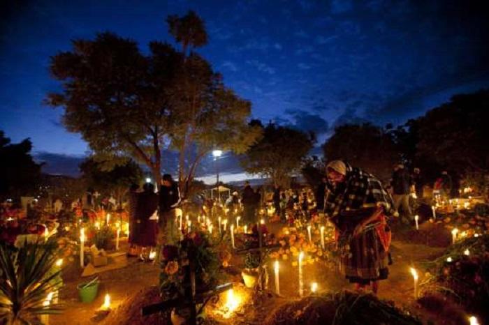 Долгожданная встреча с родными возле украшенных по случаю самобытного праздника могил присуща жителям небольших городов и сел, а в крупных полисах все чаще устраивают настоящий карнавал – Парад Мертвецов.