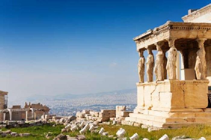 Приятный климат, образующийся  в сентябре и октябре, идеально подходит для изучения многих музеев и древних исторических руин Греции, а также не забудьте посетить живописный остров Эгина.