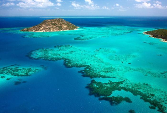 Австралия предлагает своим гостям исследовать крупнейшую коралловую гряду в мире, посетить Остров Ящериц или прокатиться на поезде по живописной железной дороге Куранды, которая проложена сквозь многочисленные туннели и древний тропический лес.