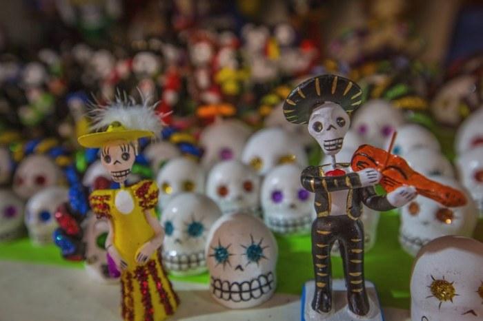 1 и 2 ноября в Мексике с особым размахом отмечают один из самых грандиозных и красочных праздников – День Мертвых, туристы со всего мира приезжают посмотреть на костюмированные карнавалы, концерты и гулянья, где все без исключения - участники и зрители - одеваются в тематические костюмы.