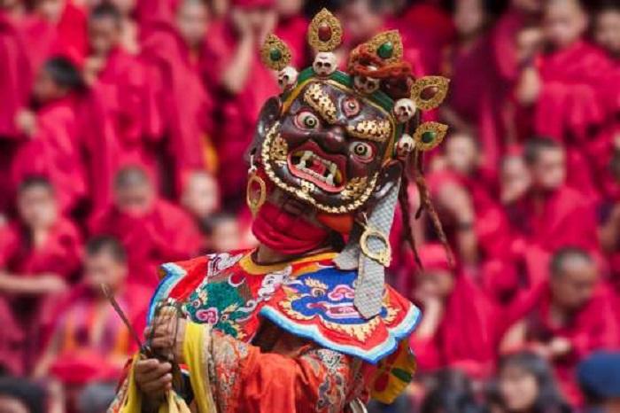 Самые главные и яркие ежегодные праздники Бутана проходят осенью: фестивали цечу представлены красочными танцевальными постановками и ритуалами, олицетворяющими мистическую борьбу добрых и злых сил в традиционных костюмах и масках.