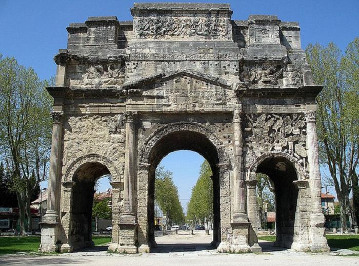 Арка построенная в честь победы второго легиона Юлия Цезаря.
