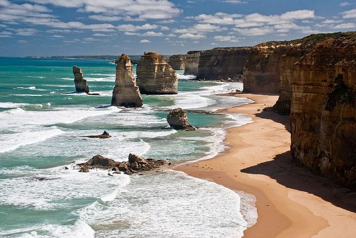 Целый ряд известняковых скал у побережья Национального парка Порт-Кэмпбелл в Австралии.