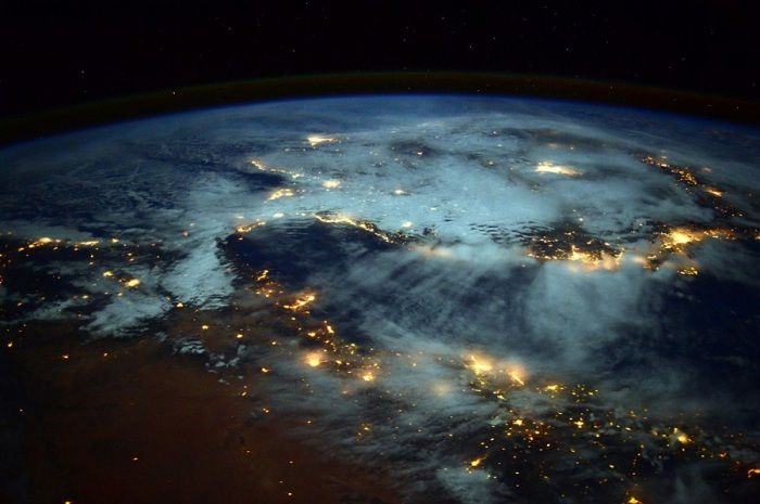 Свет, вырывающийся из окутанной туманом Земли.