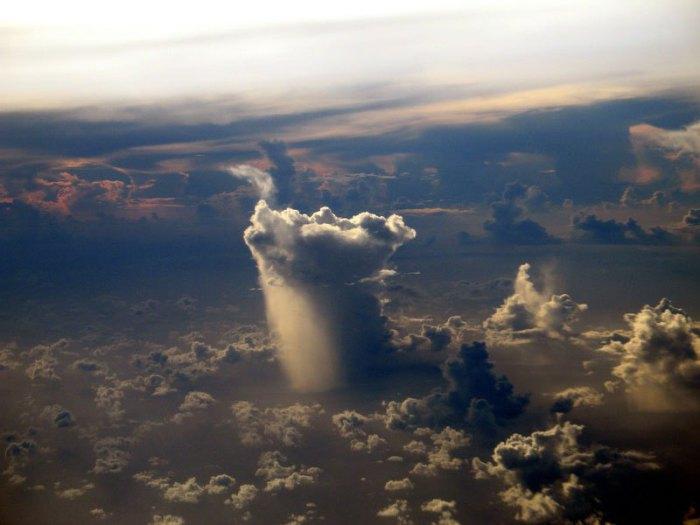 Удивительный снимок снят из иллюминатора самолёта над Тихим океаном.