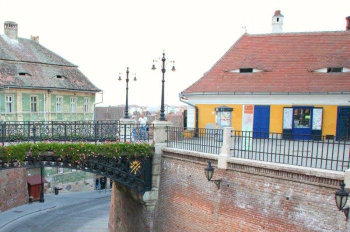 Большинство зданий в Старом городе наделены высокими чердаками с маленькими окнами в виде глаз.