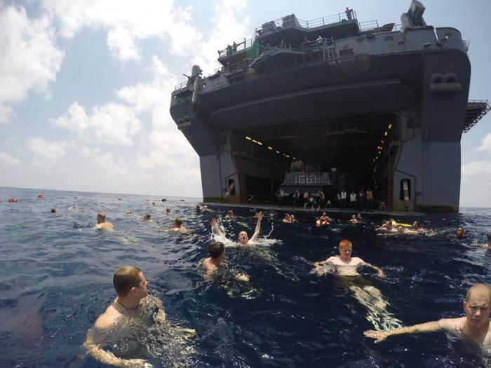 Моряки и морские пехотинцы США десантного корабля USS Iwo Jima.