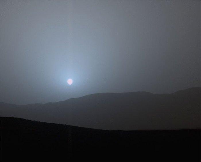 Марсианский закат, сделанный на исходе 956 марсианского дня возле кратера Гейла, 15 апреля 2015 года.