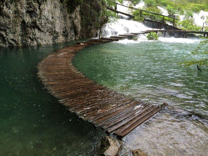 Пешая дорожка, одна из многочисленных аналогичных дорожек в Национальном парке Плитвицких озер.