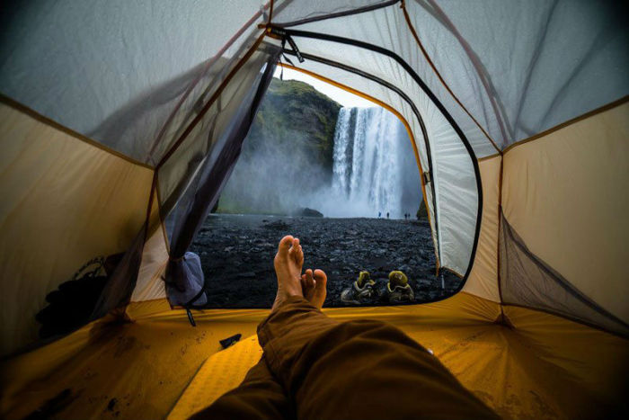 Вид из палатки на водопад Скоугафосс в Исландии.