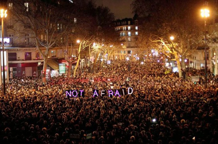 Демонстранты засвидетельствовали свое почтение жертвам теракта в парижском офисе французского сатирического журнала Charlie Hebdo. Фотограф Ян Бреммер (Ian Bremmer).