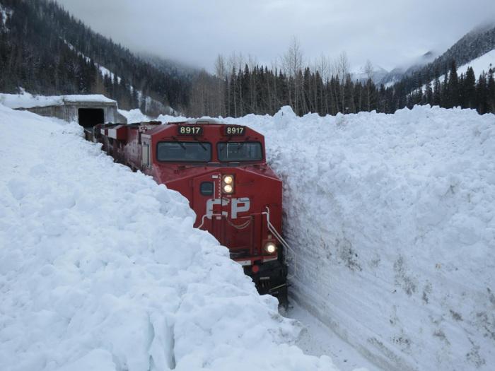 Отрезок железной дороги Trans Canada Highway накрыло снегом.