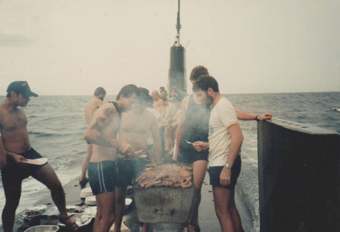 Завтрак на движущейся подводной лодке.