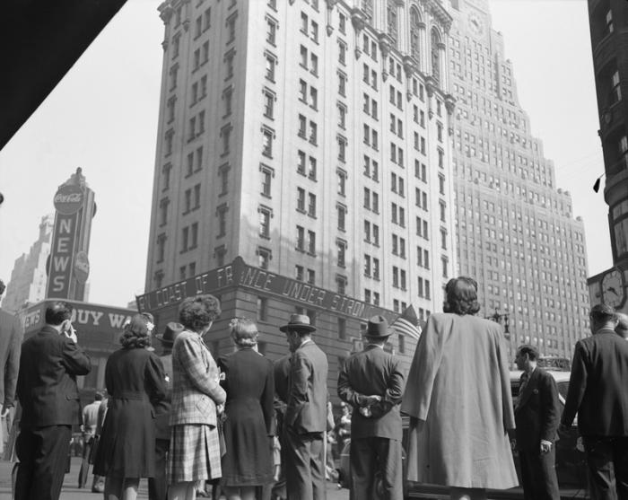 Таймс-сквер расположен на пересечении Бродвея и 7-й Авеню.