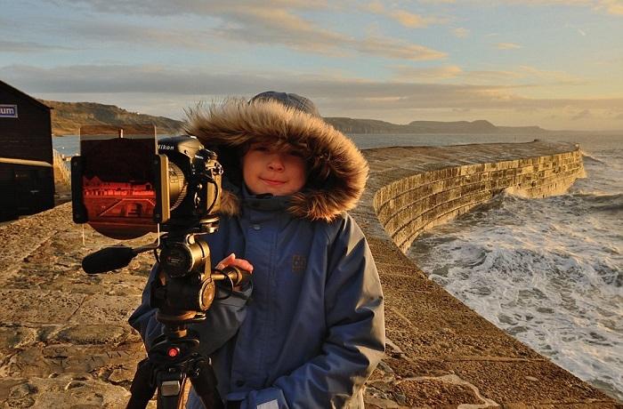 Оливер путешествует по родной Великобритании с отцом, снимая, в основном, на закате и на рассвете.