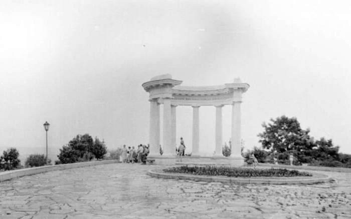 Белая беседка была построена в 1909 году в честь 200-летия Полтавской битвы, но потом стала символом дружбы народов, 1955 год.