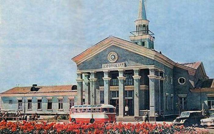 Аэропорт *Сталино* совсем недавно переименовали в *Донецк*, 1962 год.