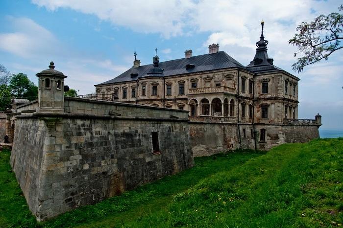 60-летний владелец замка Вацлав Жевусский женился на 19-летней Марии, которую очень ревновал. Ходит слух, что обезумевший Вацлав, убил жену и замуровал её в стену замка, где с тех пор якобы бродит приведение.
