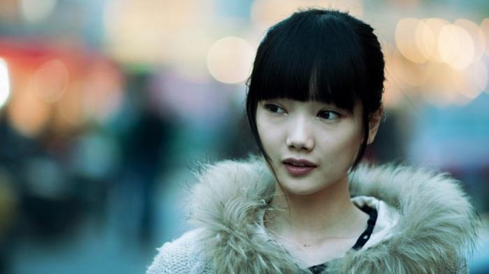 Китайская модная девушка на улице Пекина.