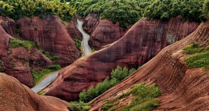 Дорога в необыкновенно красивых горах Китая.
