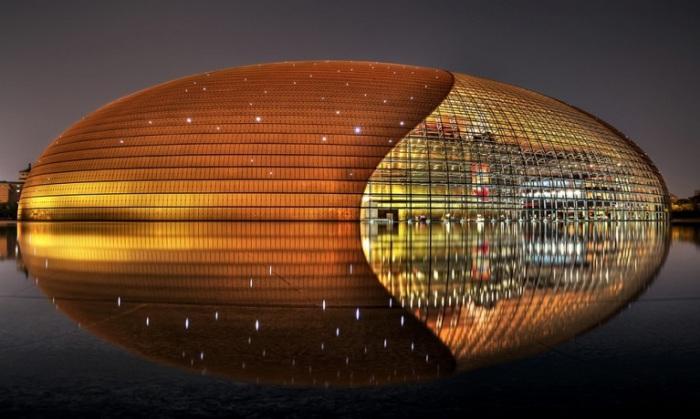 Оперный театр представляет собой эллипсоидный купол из стекла и титана, вздымающийся посреди искусственного водоёма, через дорогу от озера Чжуннаньхай.
