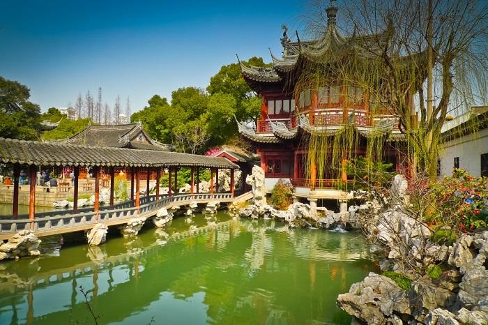 Сад находится в южной части старых районов Шанхая. Каждый уголок парка обладает своими характерными природными и архитектурными особенностями.