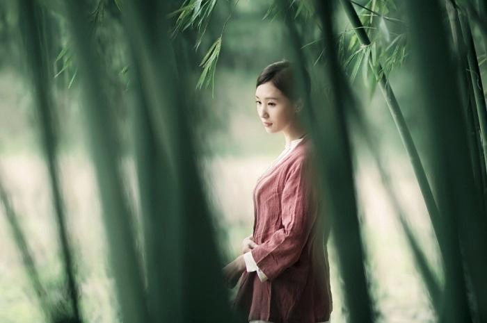 Девушка в бамбуковой роще. Фотограф Roger Ren.