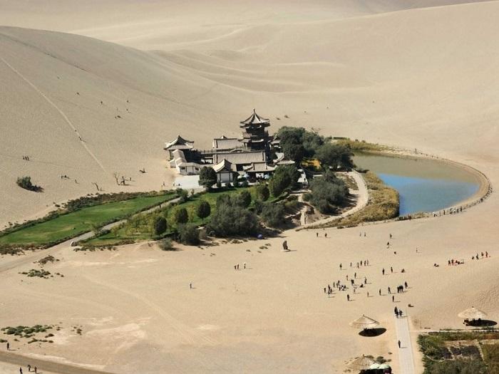 Украшением бескрайних песков, занимающих площадь более миллиона квадратных километров, считается оазис с озером Юэяцюань, расположенный в шести километрах от города Дуньхуан.
