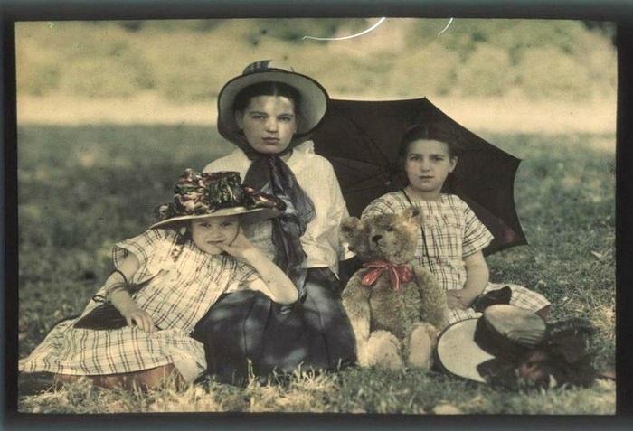 На снимке трое детей семейства Козаковых.