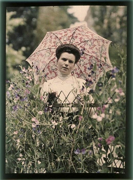 Дачная фотография Софьи в окружении цветов.