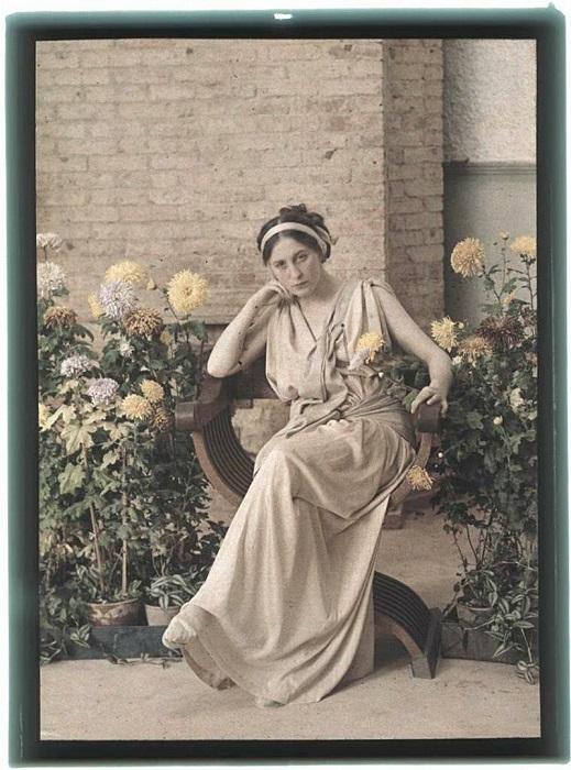 Женщина на фоне красот оранжереи.