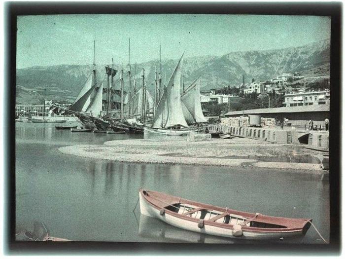 Лодка на фоне кораблей.