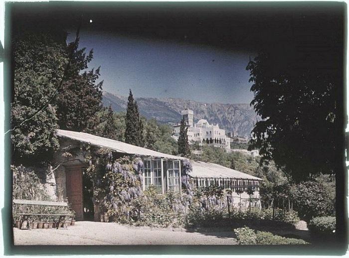 Дом на фоне холмов крымских гор.