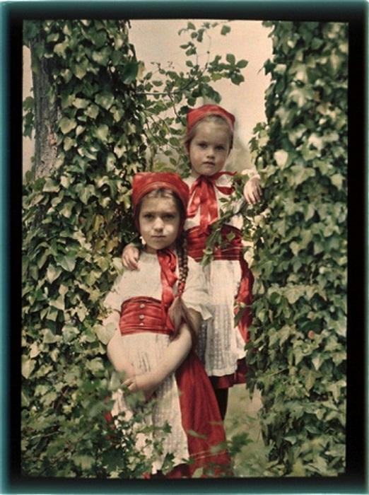 Родители нарядили девочек в одинаковые наряды.