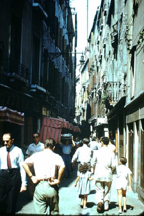 Заполнена бутиками престижных фирм, историческими торговыми лавками и стекольными мастерскими.