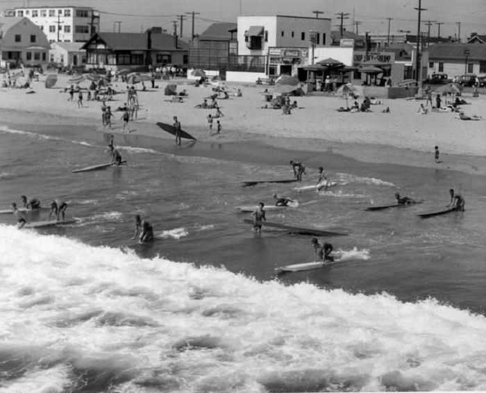 Доски для серфинга тогда больше были похожи на байдарки.