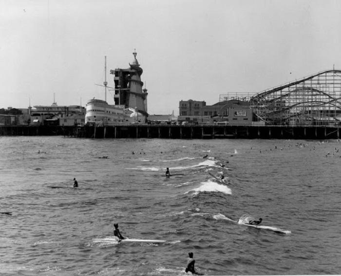 Серфингисты на досках.
