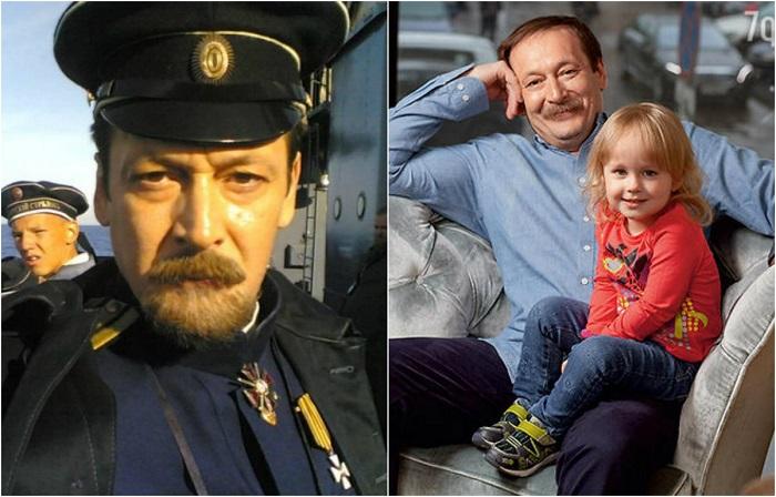 В драме блистательно сыграл контр-адмирала Сергея Николаевича Тимирева, безумно любившего свою жену.