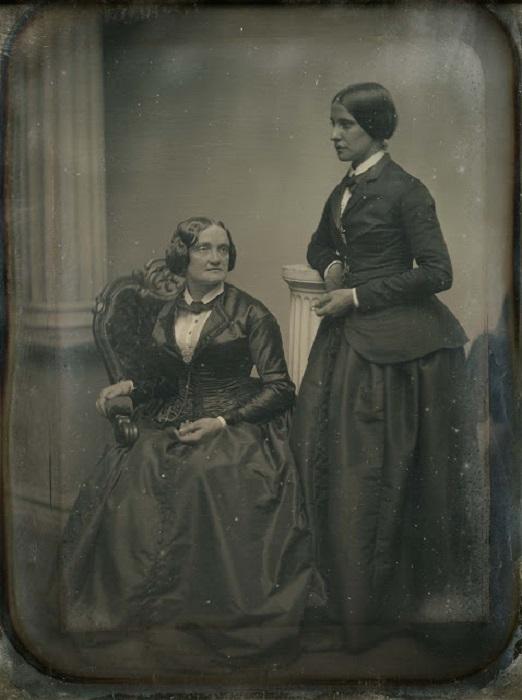 Театральная актриса Шарлот Кашман (слева) и журналистка, актриса-любительница Матильда Хейс, с которой они прожили более 10 лет, шокируя общество больше совершенно одинаковыми платьями, чем фактом однополой любви, 1850-е года.